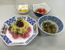 地産地消の取り組みから生まれた《紫蘇ジュースで炊いたご飯のちらし寿司》