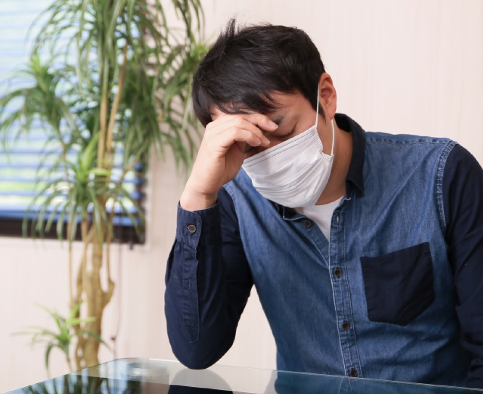 風邪をひいてマスクをしている男性