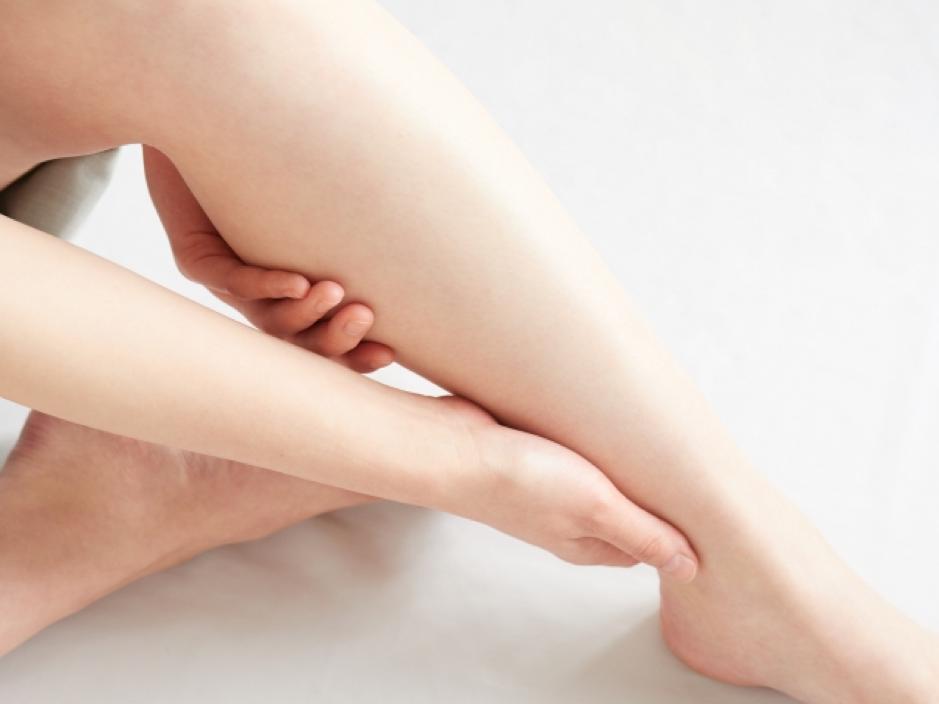 足をマッサージしている女性
