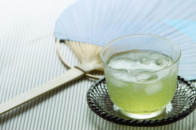 うちわと冷たい日本茶