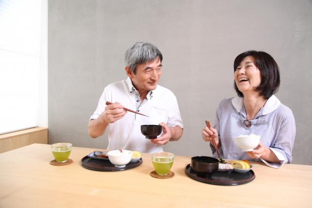 食事を楽しむ高齢の夫婦