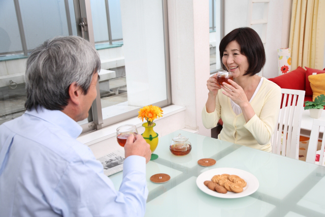 お茶を楽しむシニア夫婦